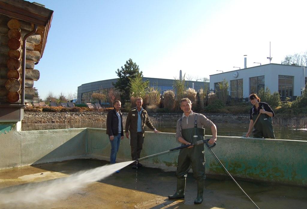 Jörg Ferber (li.), stellver tretender Leiter des WELLNEUSS und das Gärtnerteam um Frank Förs ter (2.v.l.) auf dem Grund des Naturbadesees.