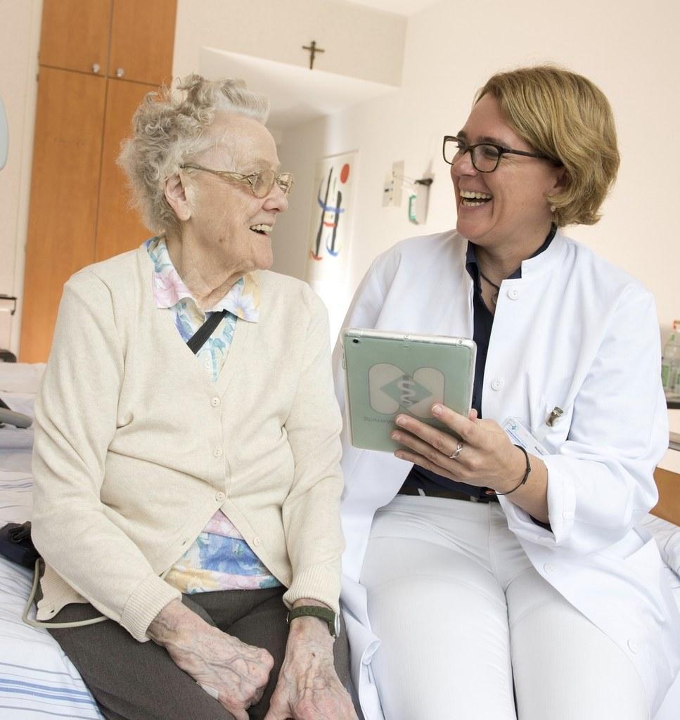 Nicole Pfeifer, Leitende Ärztin der Geriatrie, mit einer Patientin.
