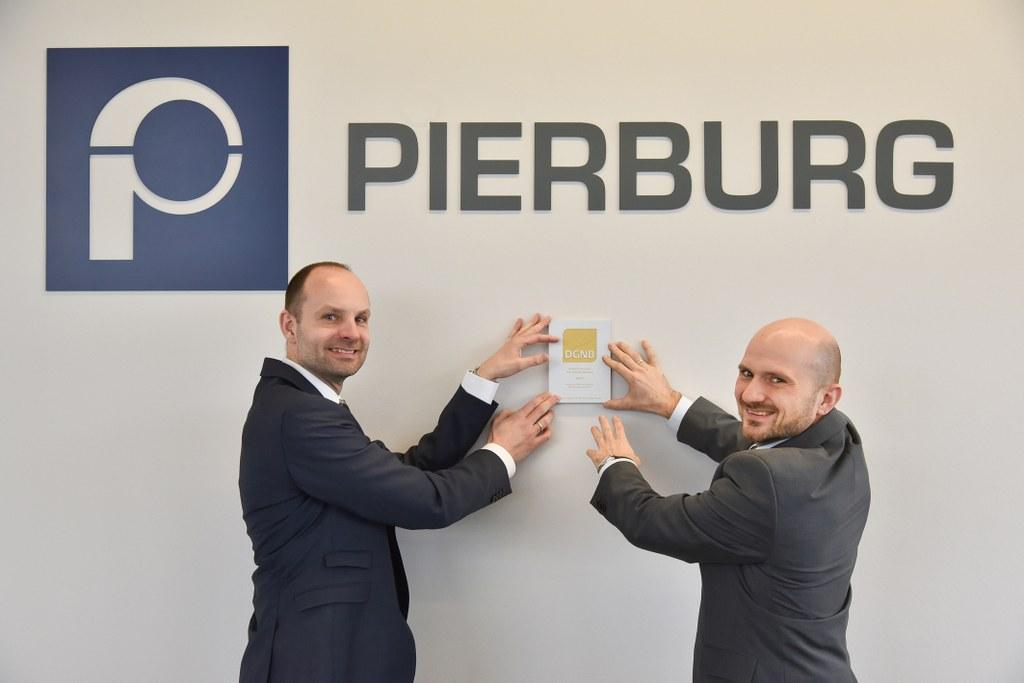 Freuen sich über die erhaltene Auszeichnung: Jürgen Koopsingraven (l.) von Pierburg, der für das Bauprojekt verantwortlich zeichnete, und Werkleiter Dr. Jochen Luft.