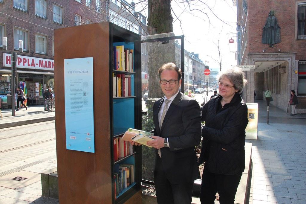 Bürgermeister bestückt Bücherschrank