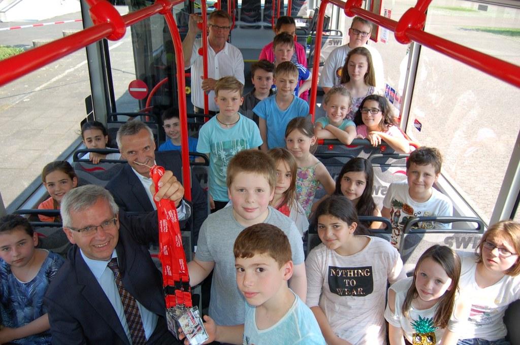 Die umhängbaren Teilnahmeurkunden für die Schülerinnen und Schüler der Busschule verteilte Stadtwerke-Geschäftsführer Stephan Lommetz.