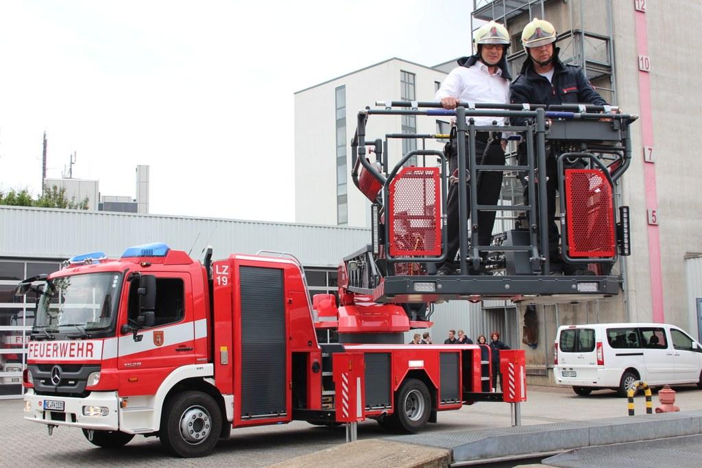 Bürgermeister Reiner Breuer (l.) mit Wolfgang Thuir, Löschzugführer der Furth, im Korb des neu in Dienst gestellten Drehleiterwagens.