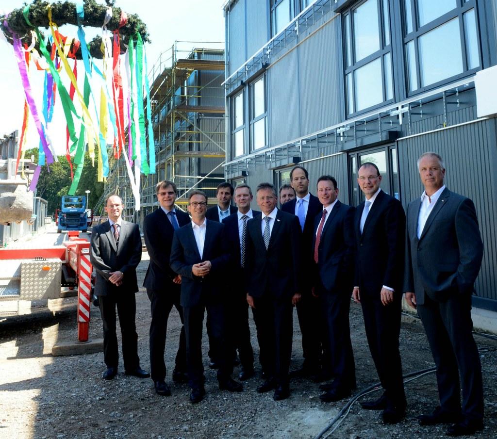 Vertreter von der Bezirksregierung, der Stadt Neuss und von der Neusser Bauverein AG kamen zum Richtfest der Zentralen Unterbringungseinrichtung für Flüchtlinge an der Stresemannallee.
