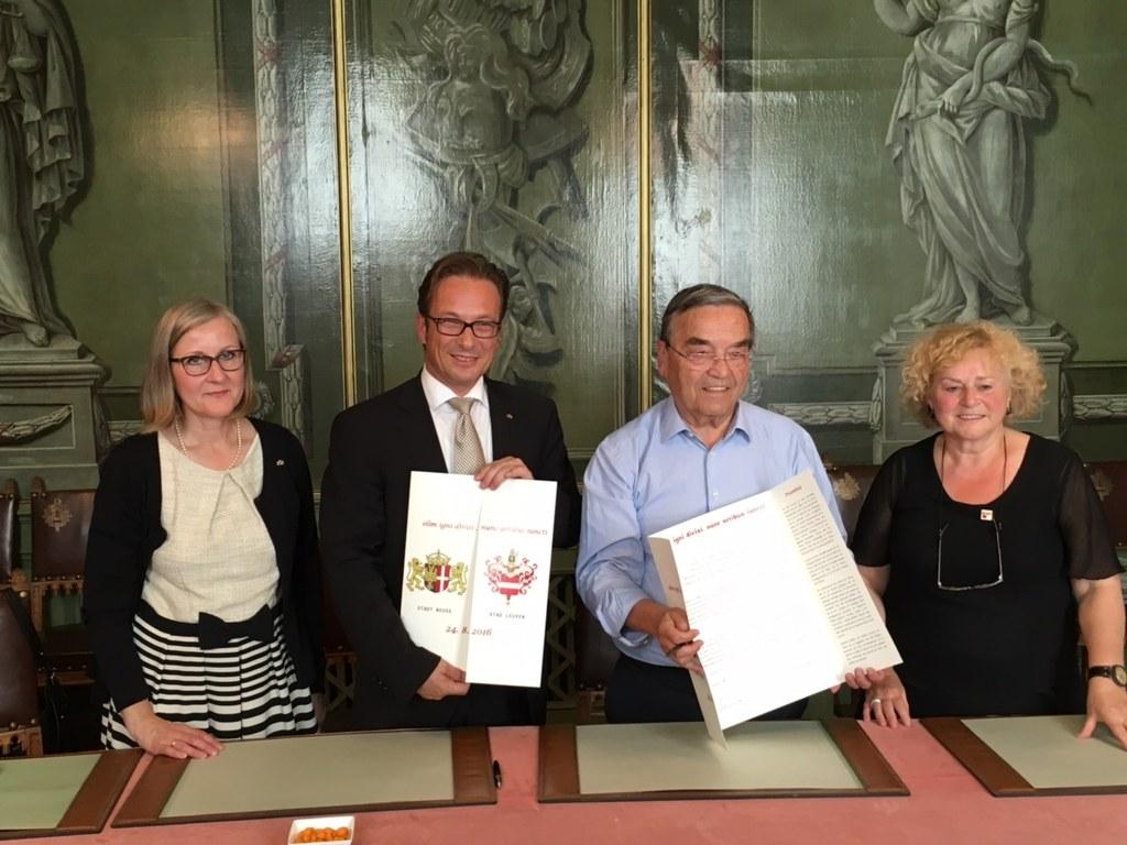 Die Neusser Kulturdezernentin Dr. Christiane Zangs und Bürgermeister Reiner Breuer unterzeichneten die Kooperationsvereinbarung mit Louis Tobback, Bürgermeister von Leuwen und Denise Vandevoort, Schöffin für Kultur (v.l.)