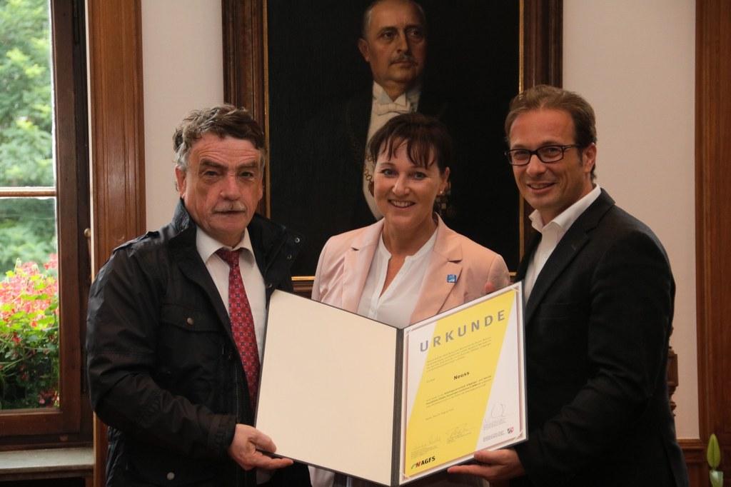Bei der Urkundenübergabe: NRW-Verkehrsminister Michael Groschek, AGFS-Vorstand Christine Fuchs und Bürgermeister Reiner Breuer (v.l.)