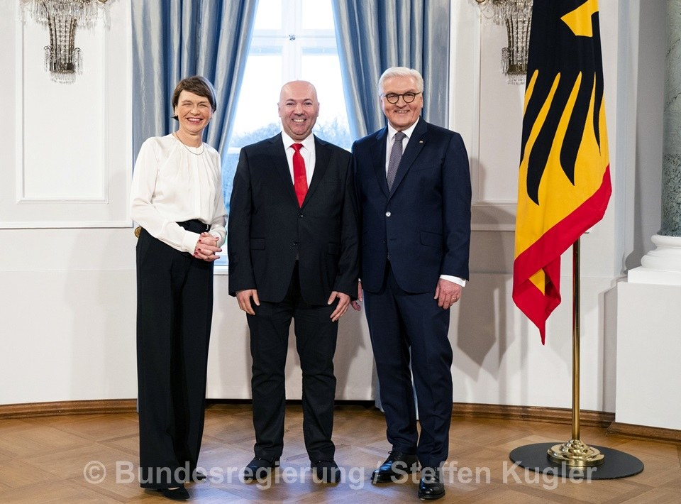 Elke Büdenbender, der Neusser Ataman Yildirim und Bundespräsident Steinmeier (v.l.). Foto: Bundesregierung/Steffen Kugler