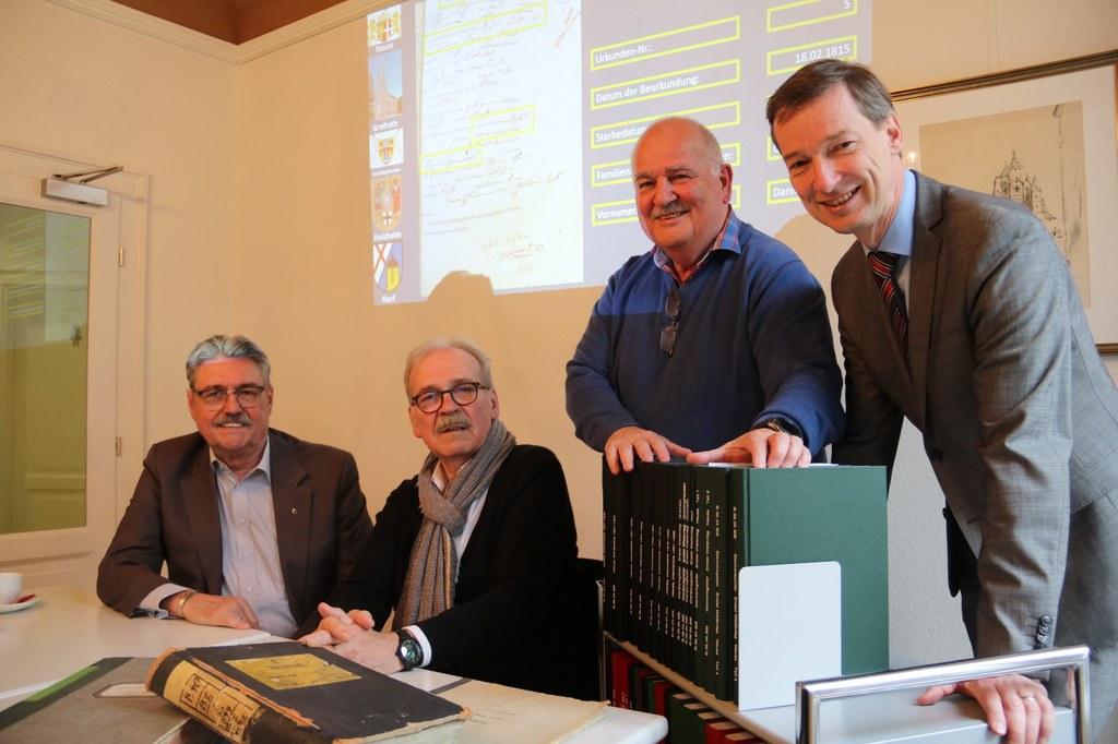 """Stadtarchivar Dr. Jens Metzdorf (r.) mit den ehrenamtlichen """"Datenerfassern"""" (v.l.) Peter Kluth, Knut Schiffer und Reinhold Mohr. Nicht im Bild ist Martin Laubach."""