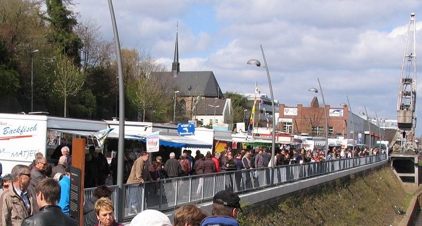 Der Neusser Fischmarkt an der Hafenpromenade.