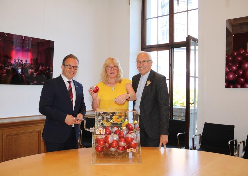 Schützenkönigin Karin Weyand zog gemeinsam mit Bürgermeister Reiner Breuer die 25 Lose.