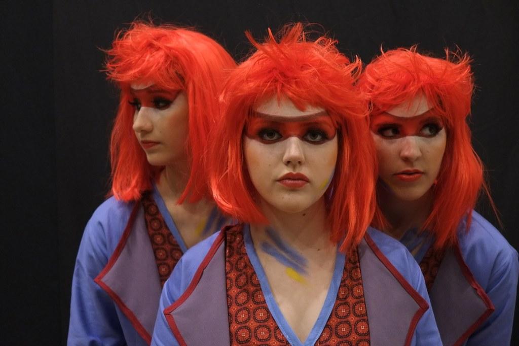 """Alice Trio: Alice (Mitte, Antonia Krapp) wird von ihren """"Splitter-Alices"""" (links Natalia Stellmach und rechts Justine Ritters) durch das Wunderland begleitet."""