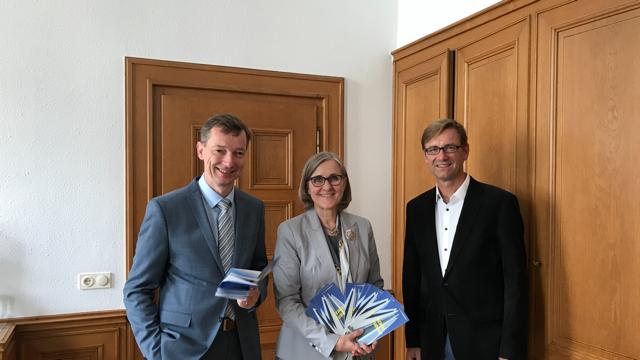 Beigeordnete Dr. Christiane Zangs stellt gemeinsam mit Dr. Jens Metzdorf (li.), Stadtarchiv Neuss, und Holger Müller (re.), Musikschule Neuss, das Programm der Themenwoche 2019 vor.