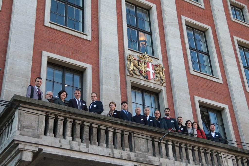 Der Blick vom Rathausbalkon: Bürgermeister Reiner Breuer mit der Delegation um Bürgermeister Atilla Seçen.