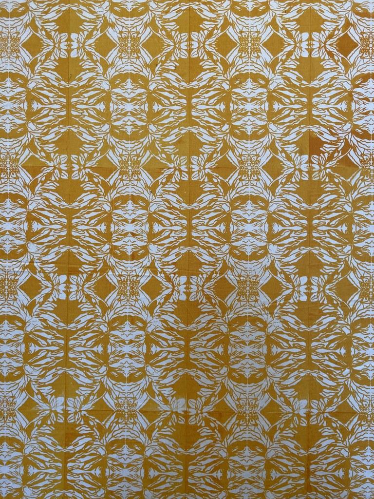 Die Künstlerin Lynette Diergaardt aus Windhoek, Namibia, zeigt Textilkunst.