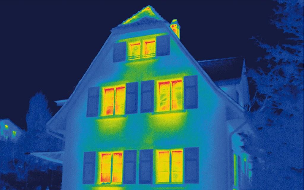 Thermografie-Aufnahmen zeigen über verschiedene Farben deutlich, wo undichte Stellen und Wärmebrücken am Haus zu finden sind.