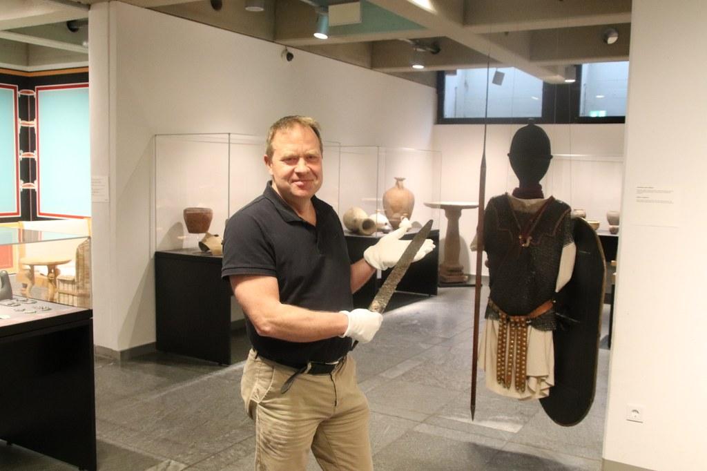 Dr. Carl Pause mit dem aus dem 7. Jahrhundert n. Chr.  stammenden restaurierten Hiebschwert.