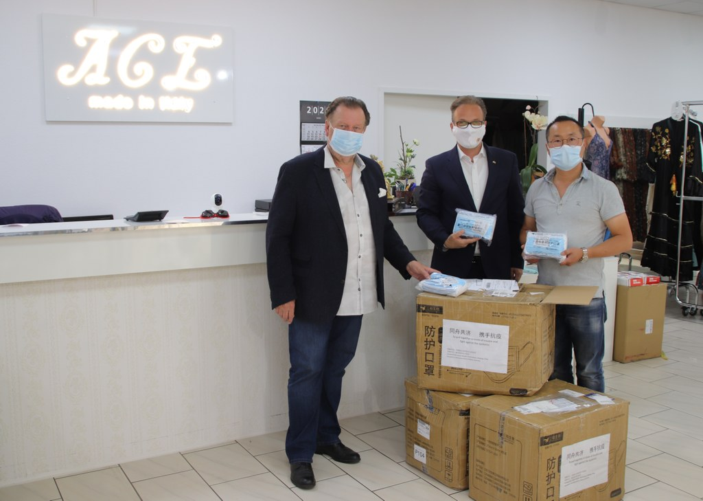 Ludger Baten und Guy Lin, Vorsitzende der Deutsch-chinesischen Gesellschaft Neuss e.V., überreichten Bürgermeister Reiner Breuer die gespendeten Masken aus Riu´an.