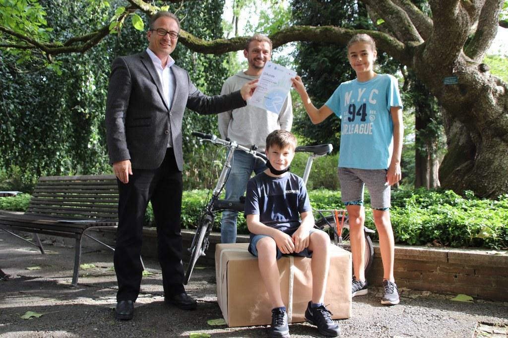 BM Reiner Breuer - Lehrer Daniel Kreilmann - Schueler Luis Pascal Gasber und Tom Jander vom Gymnasium Norf