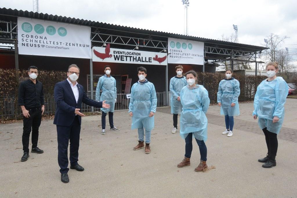 Bürgermeister Reiner Breuer ließ sich vom »CoronaTestTeam Rennbahn Neuss« an der Neusser Wetthalle auf das Corona-Virus testen