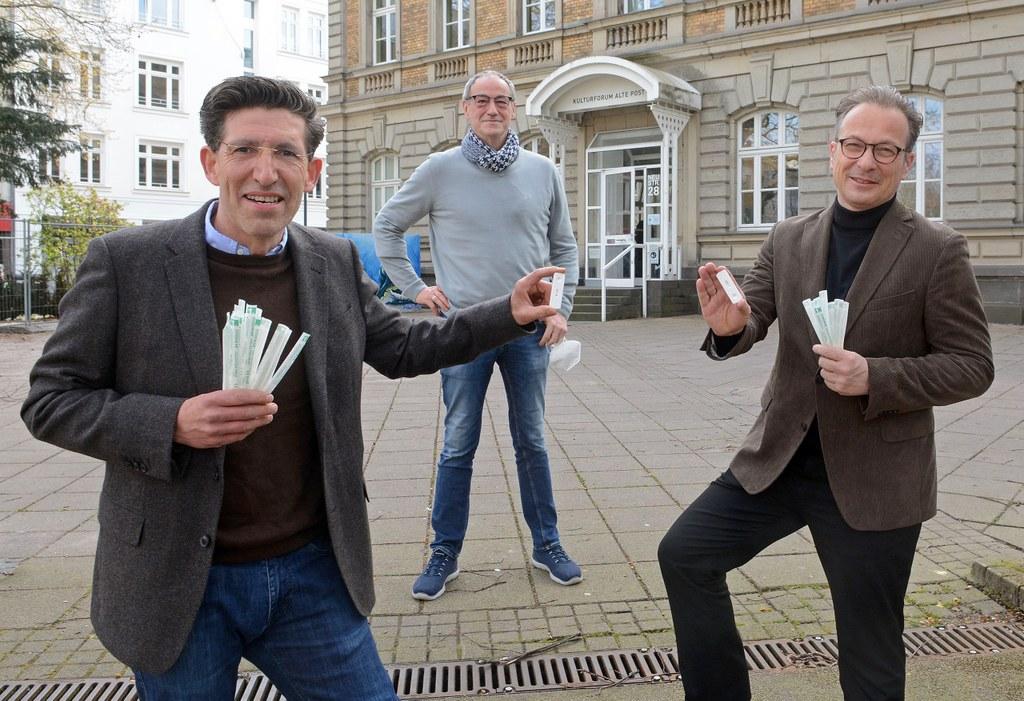 Marcel Offermann (Coronatestzentrum Alte Post), Hans Ennen-Köffers (Leiter Alte Post) und Bürgermeister Reiner Breuer (v.l.) präsentieren ihre Schnelltest-Ergebnisse