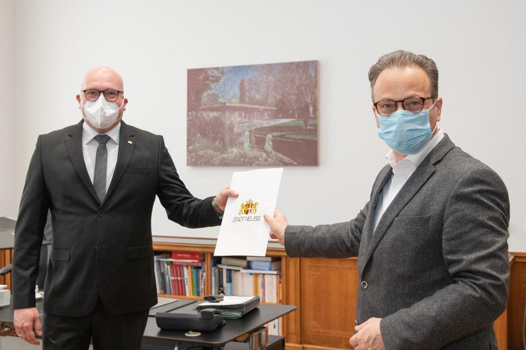 Bürgermeister Reiner Breuer (r.) übergibt Christof Dudek seine Ernennungsurkunde.