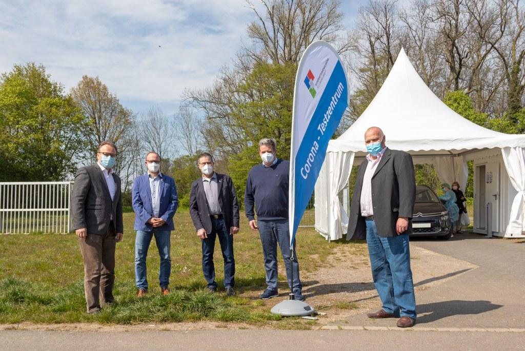 Bürgermeister Reiner Breuer mit Vertretern der Schützenvereine aus Grimlinghausen, Rosellen und Allerheiligen vor der Drive-In-Teststelle auf dem Kirmesplatz in Allerheiligen.