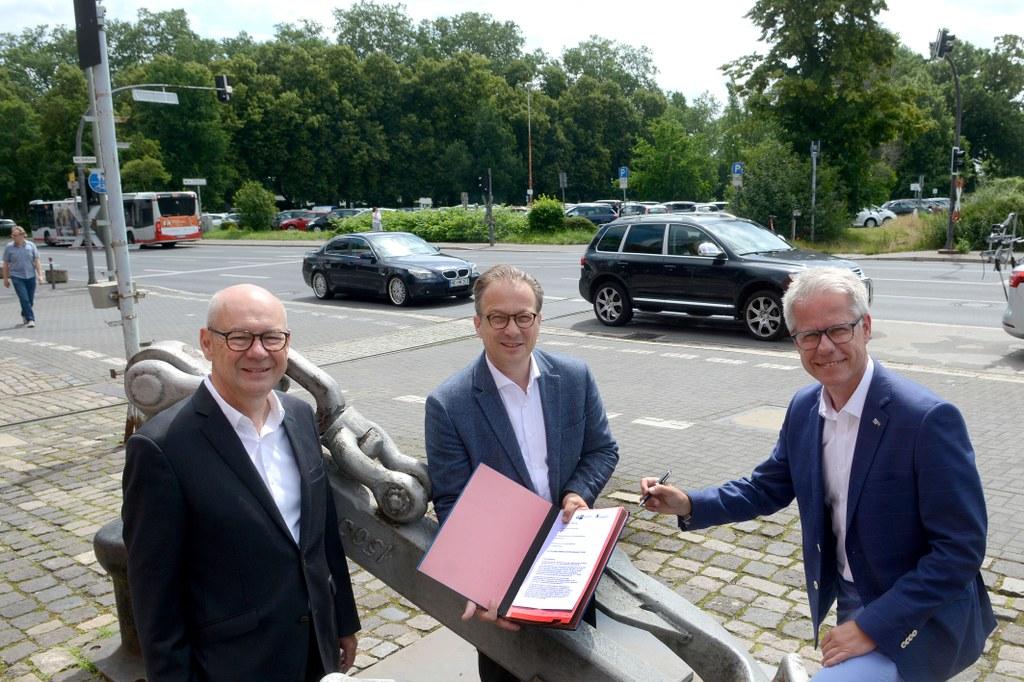 Foto: Bürgermeister Reiner Breuer, IHK-Hauptgeschäftsführer Jürgen Steinmetz und der Präsident der Hochschule Niederrhein, Dr. Thomas Grünewald, unterzeichnen eine gemeinsame Erklärung zur zukünftigen Gestaltung des Wendersplatzes