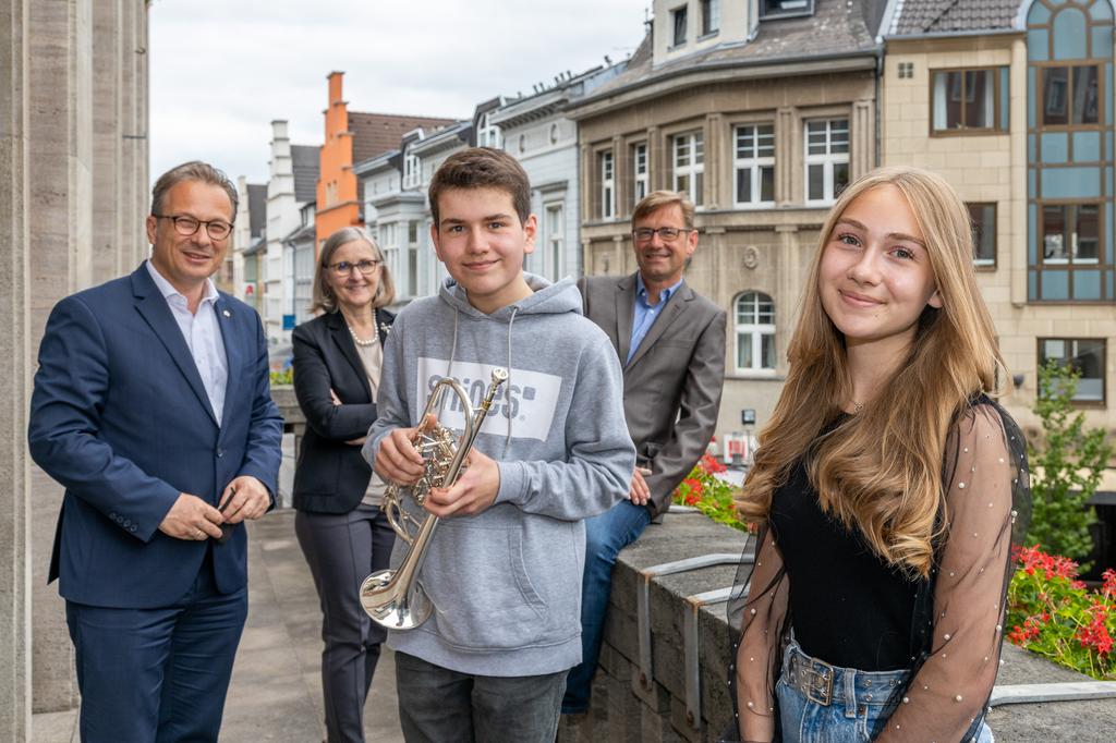 Foto: Stadt Neuss   Bürgermeister Reiner Breuer, die beiden Preisträger Diana Hartwig und Johannes Schmid sowie Dr. Christiane Zangs (Beigeordnete) und Holger Müller (Musikschule)