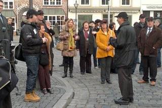Lüneburgs Kulturreferent Jürgen Landmann zeigt der Kommission die Veranstaltungsorte im Stadtzentrum