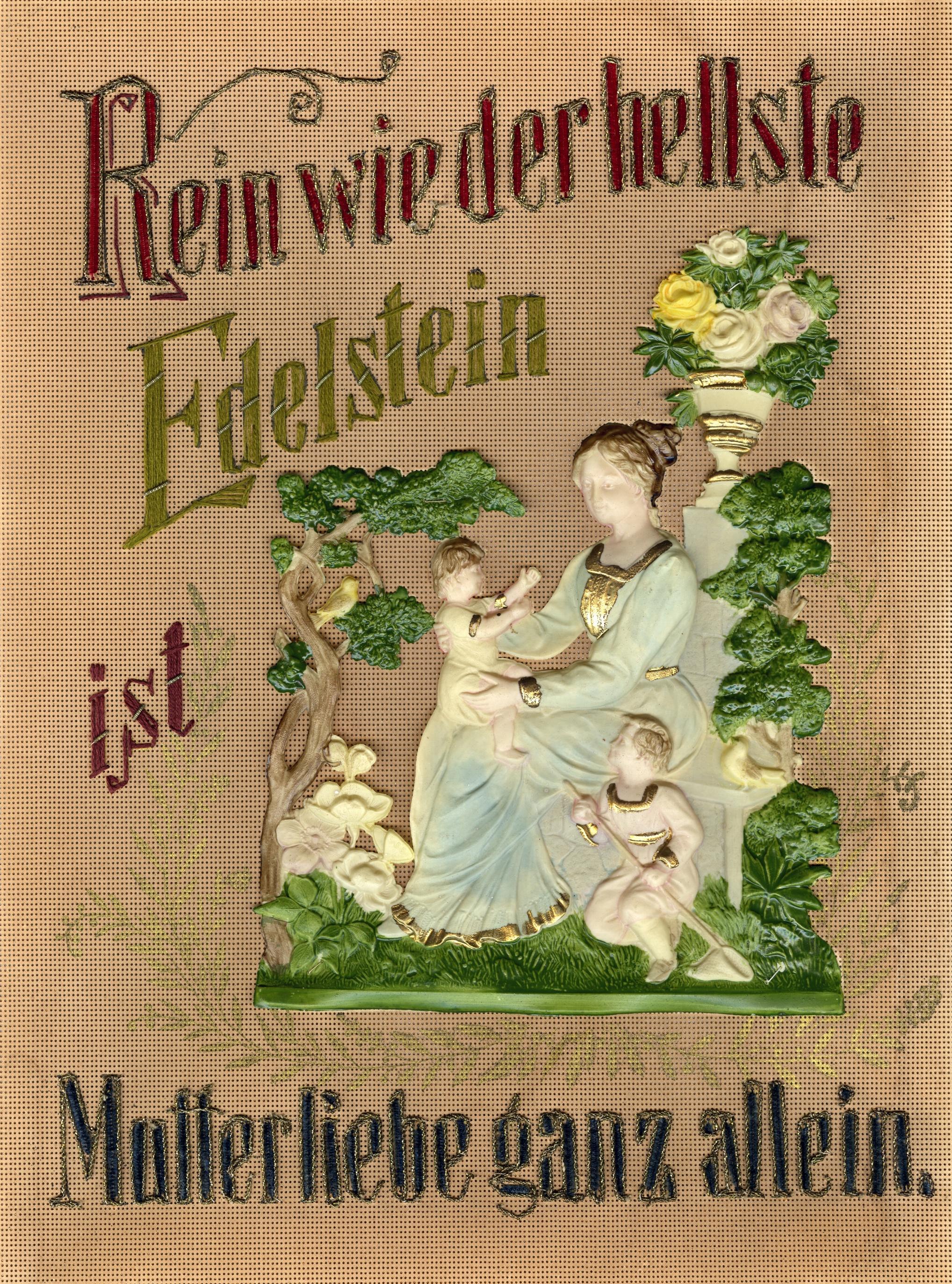 Sinnspruch für Mütter, 48,6 x 38,6 x 2 cm, Stickerei auf Papierkanevas, Chenillefäden, Goldlamé, Kantillenstickerei, Zelluloidprägung (Mutter und Kinder), Bemalung, Bez.: Rein wie der hellste / Edelstein / ist / Mutterliebe ganz allein.