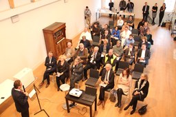 """Bürgermeister Reiner Breuer erklärt auf der Pressekonferenz in Leuven die Beteiligung der Stadt Neuss an dem belgisch-deutschen Friedensprojekt """"Friedensglockenspiel in Leuven"""""""