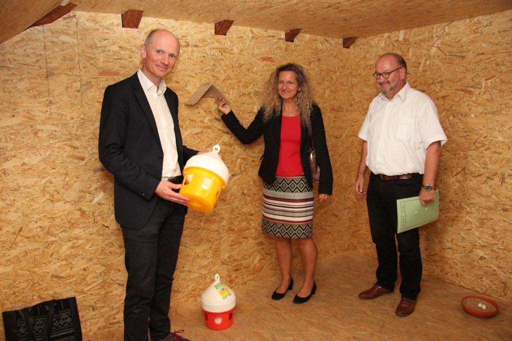 Umweltdezernent Dr. Matthias Welpmann (links) mit der Leiterin des Amtes für Umwelt und Stadtgrün Henrike Mölleken und ihrem Stellvertreter Georg Heumüller.