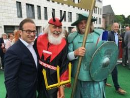 Bürgermeister mit Tour-Teufel und Quirinus