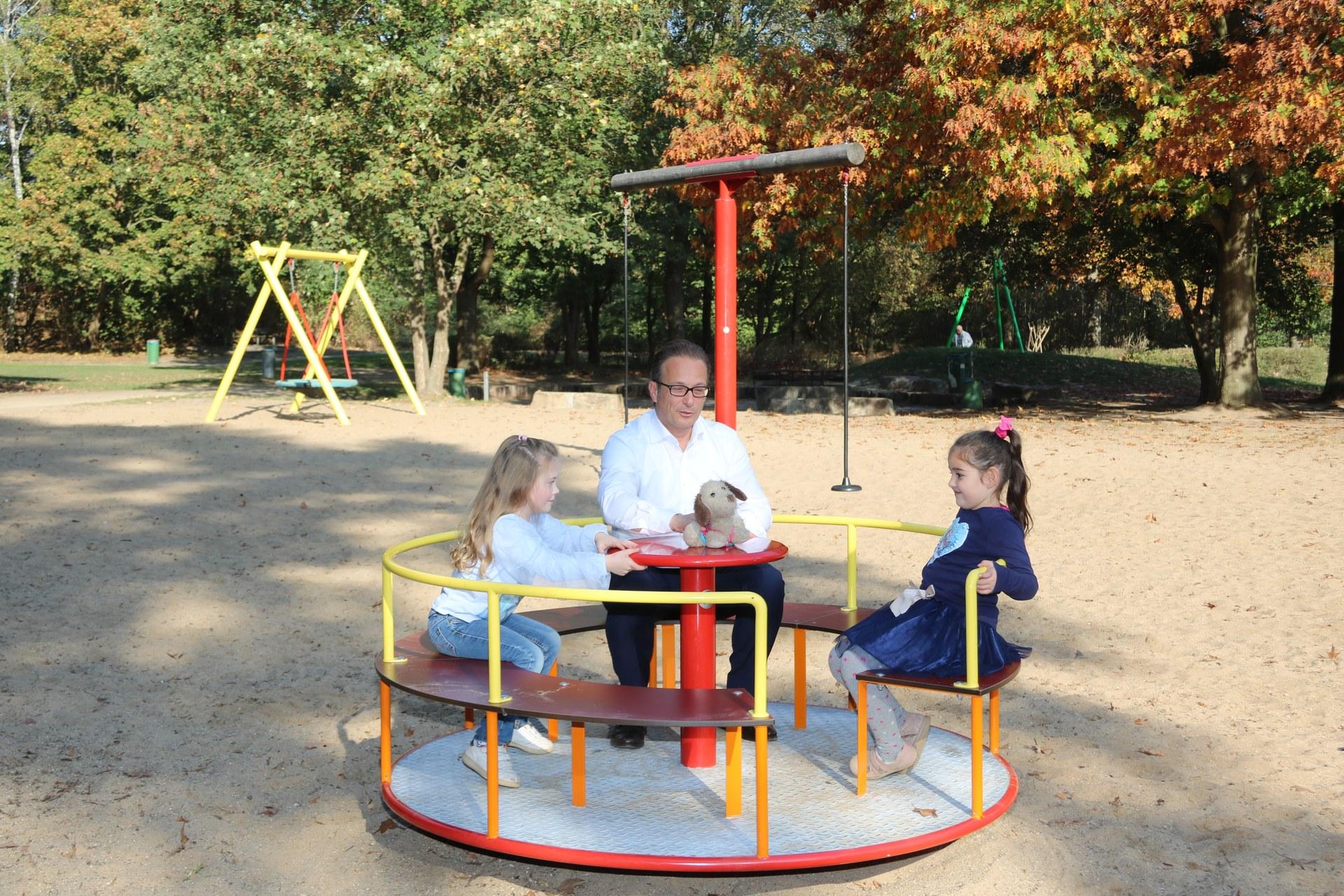 Breuer stellt sanierten Spielplatz vor