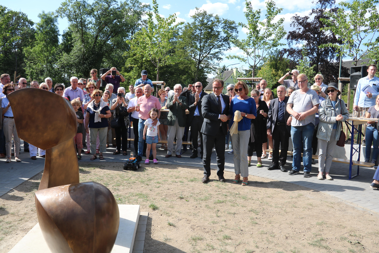 Bürgermeister Reiner Breuer und Künstlerin Carola Eggeling enthüllten die Skulptur C