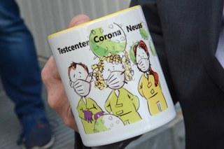 Besuch bei der Corona-Teststelle: Kaffeetasse