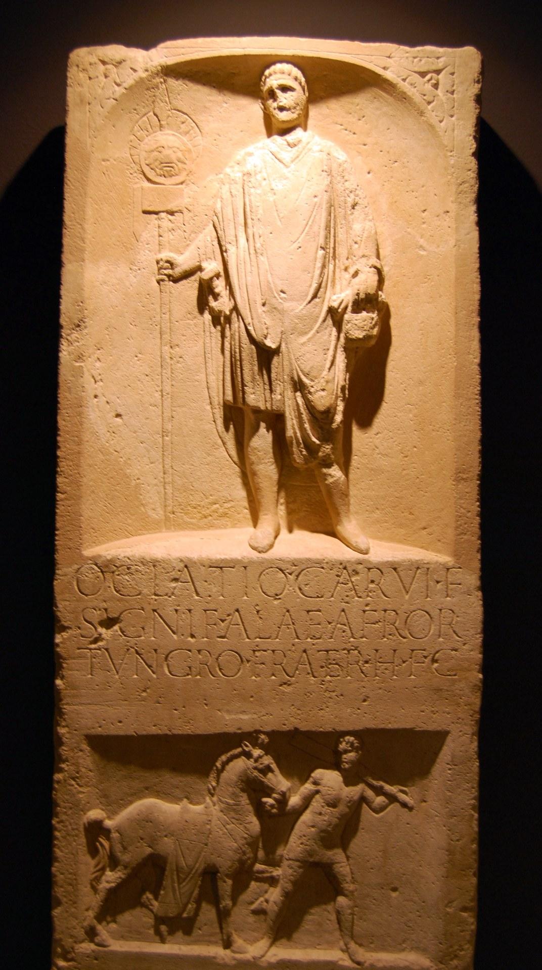 1506 Roemische Muenzen aus Nordafrika in Neuss - Grabstein des Oclatius Soldat der Ala Afrorum in Neuss.jpg