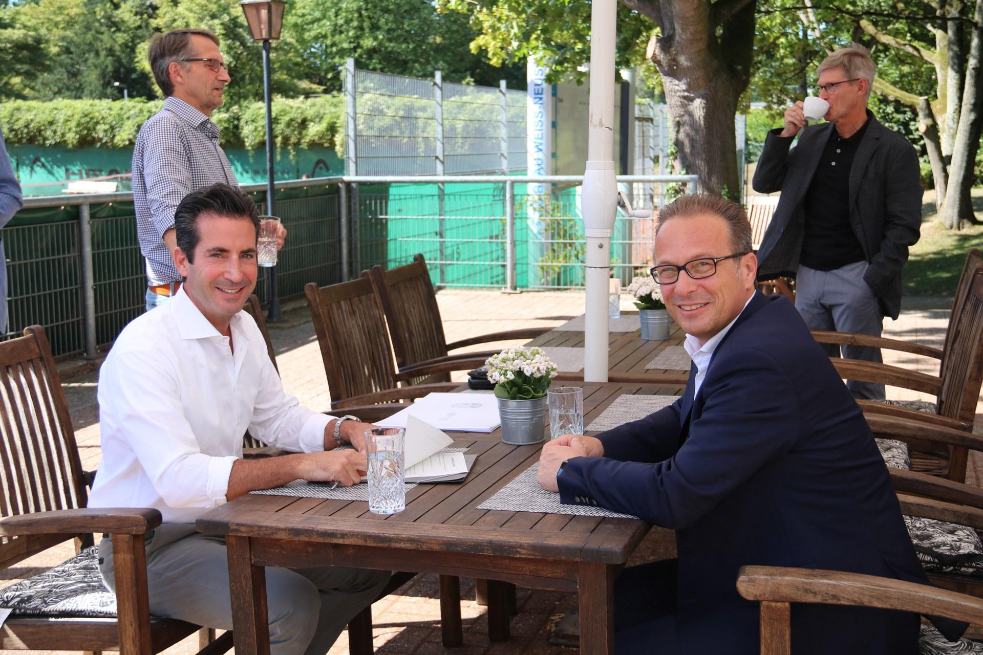 Bürgermeister Reiner Breuer (rechts) und Abraam Savvidis, erster Vorsitzender des Vereins Blau-Weiß Neuss e.V.