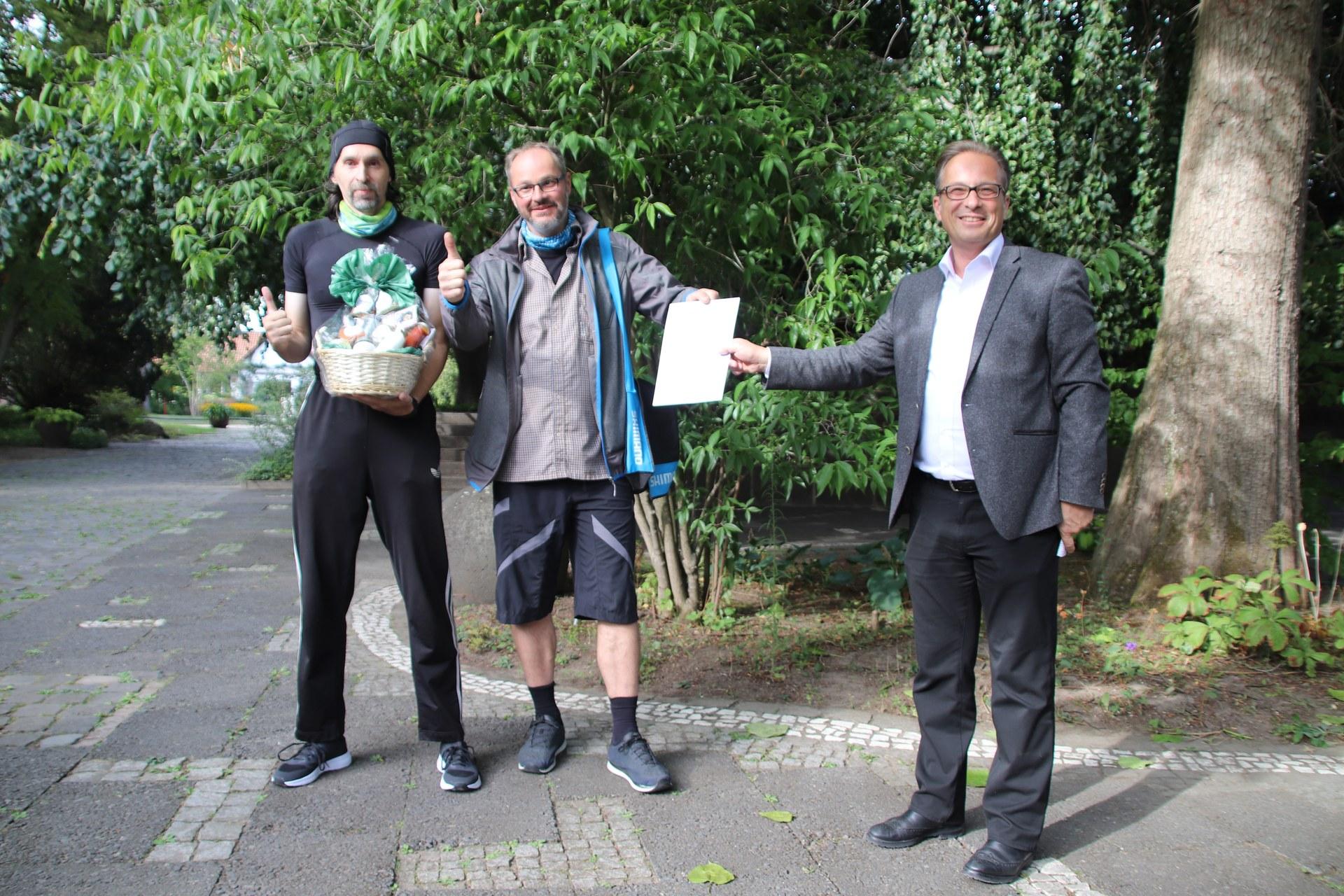 2808 Fast bis zum Mond geradelt 04 - Frank Pietzsch und Patrick Meier vom Team Zweirad Oberlaender mit BM Reiner Breuer.jpg