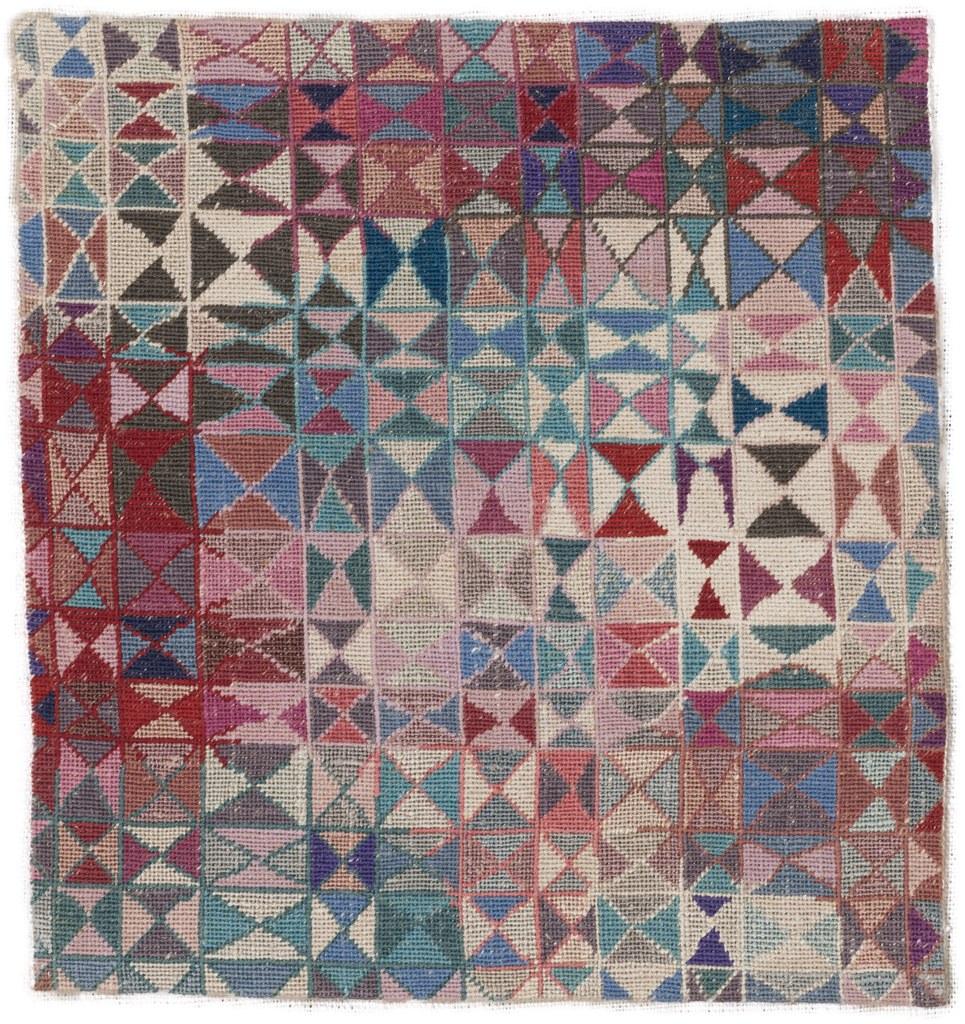 6_Elisabeth Kadow, Petit-Point (Rot-Blau), 1948, Gewebe und Stickerei auf Leinen, Museum Abteiberg Mönchengladbach.jpg