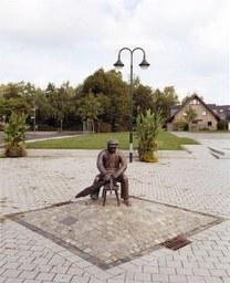 Besenbinderdenkmal von Michael Franke, Dorfplatz/Hoisten, 2002