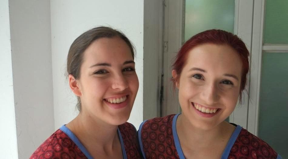 Justine Ritters (l.) und Natalia Stellmach spielen zu zweit die Hauptrolle in der Produktion von Musikschule und Alte Post. Foto: Stadt Neuss