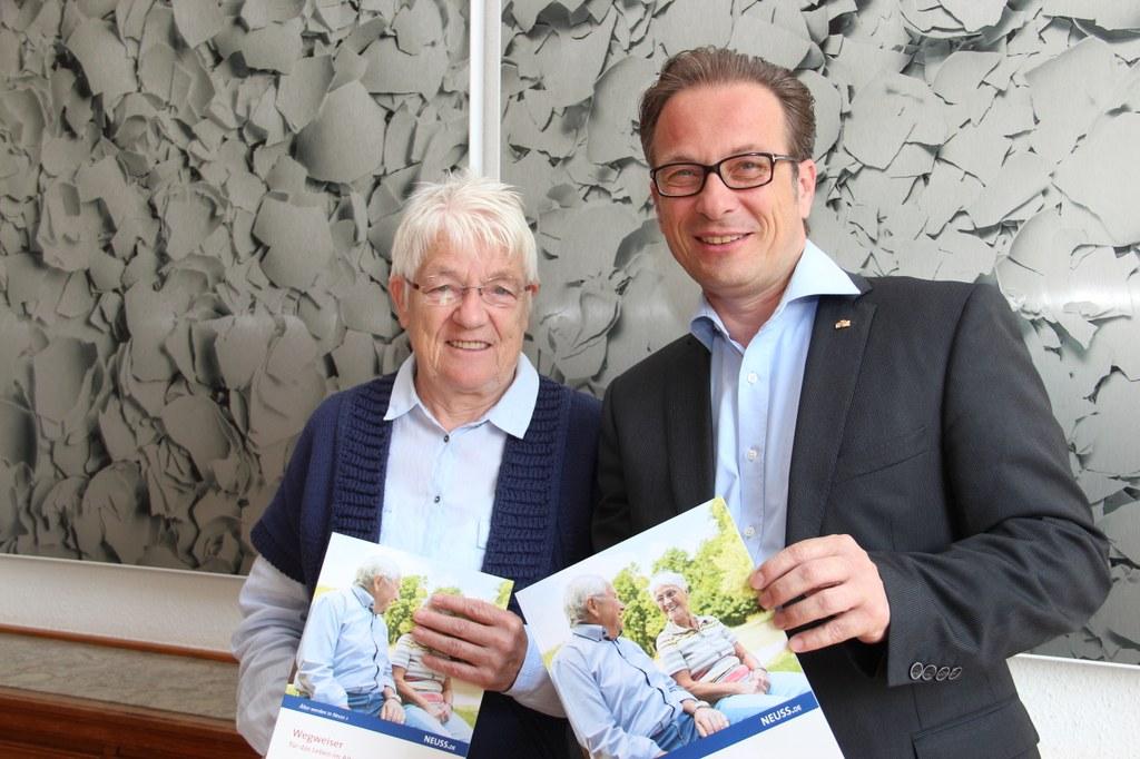 Seniorenbeauftrage Karin Kilb und Bürgermeister Reiner Breuer stellten jetzt den neuen Wegweiser für das Leben im Alter vor.