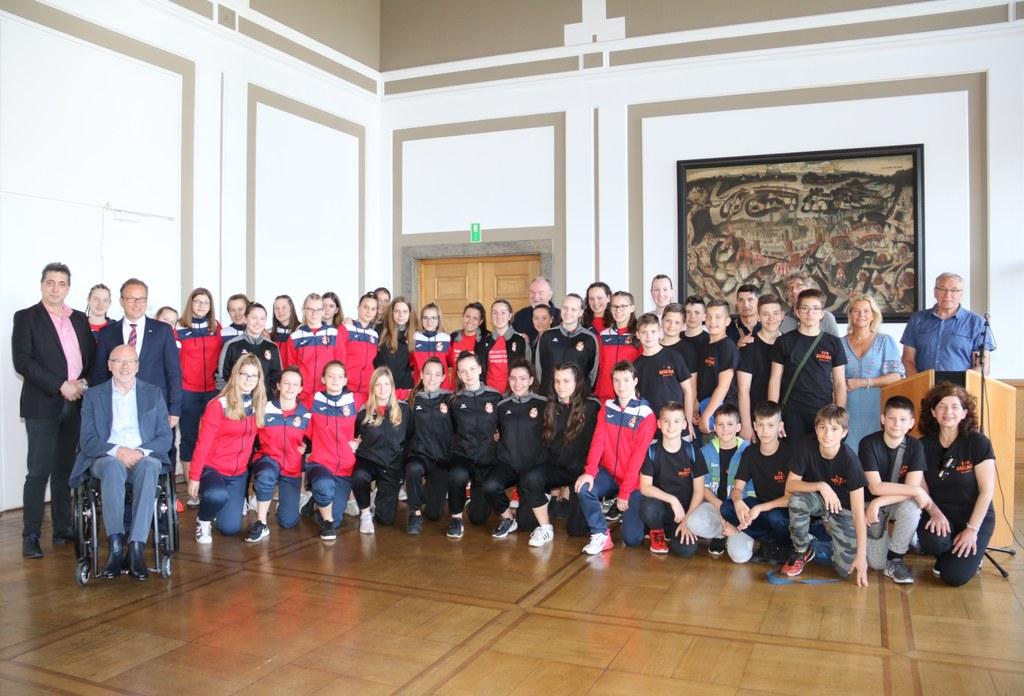 Bürgermeister Reiner Breuer hat die Handballspieler aus Rijeka, ihre Trainer und Gäste jetzt offiziell im Neusser Rathaus empfangen. Die Mannschaften aus Châlons-en-Champagne reisen gegen Nachmittag nach Neuss.