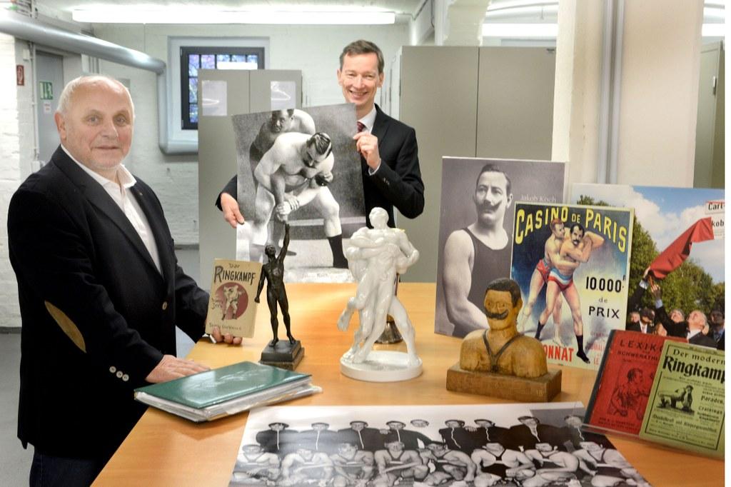Horst Faller, links, im Stadtarchiv bei der Übergabe der Informationen/Objekte des Ringers Jakob (Köbes) Koch an Dr. Jens Metzdorf