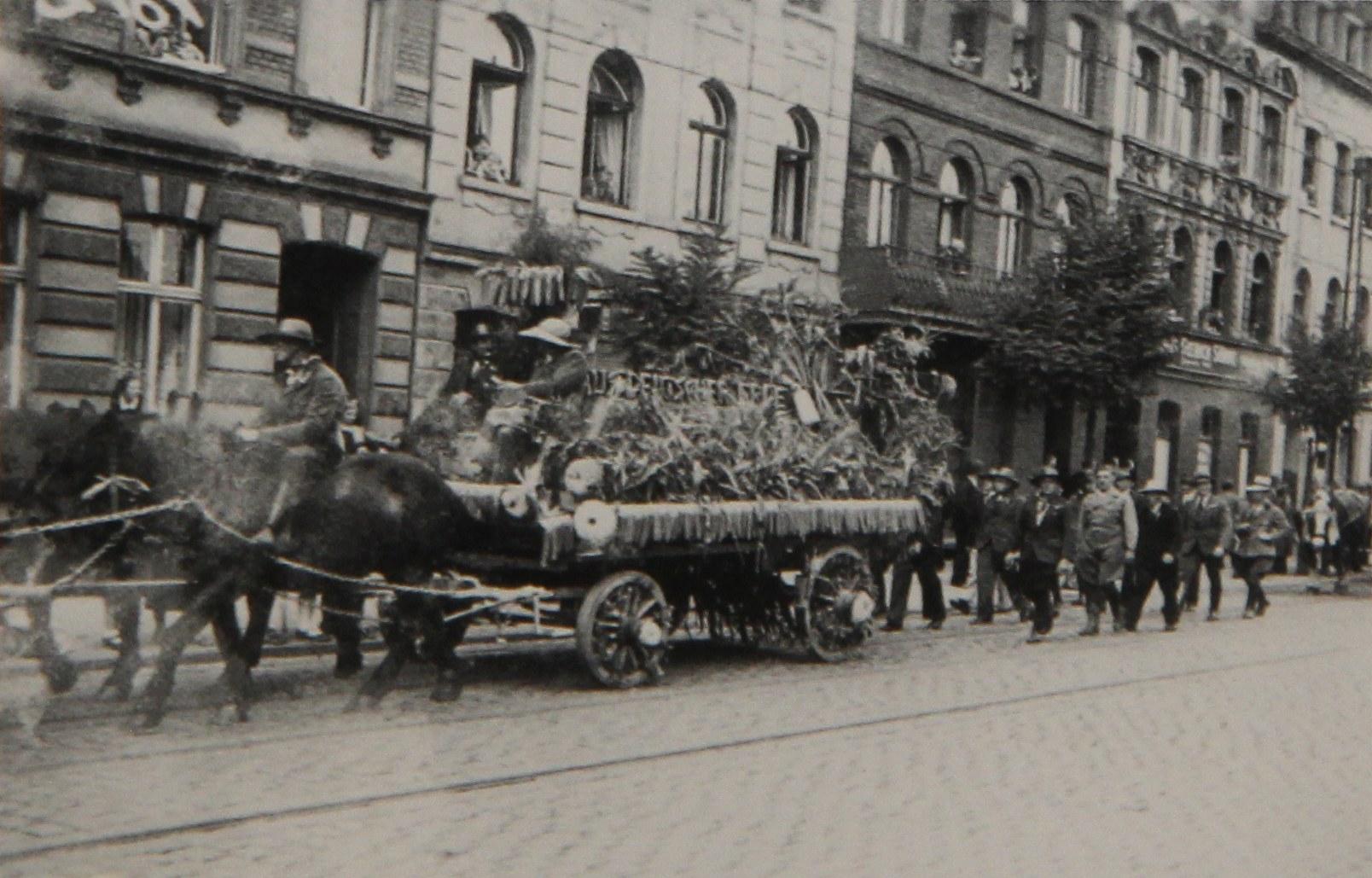 Erntedankfest 1935 mit Maiswagen