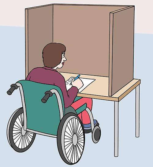 Eine Frau im Rollstuhl wählt alleine in der Wahl-Kabine. Ihre Wahl soll geheim bleiben.