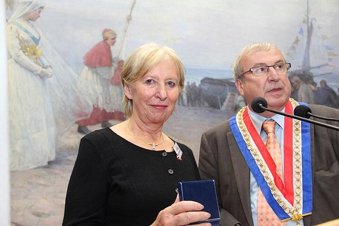 Silvia Hausmann erhielt jetzt die Medaille der Partnerstadt Châlons von Bürgermeister Bruno Bourg-Broc.