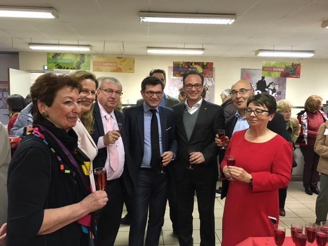 Bürgermeister Reiner Breuer mit Bürgermeister Benoist Apparu (links), Stefahn Hahn, dem ehemaligen Bürgermeister Bruno Bourg Broc, Ute Breuer, Angelika Quiring-Perl und dem Ehepaar Lebas (rechts).