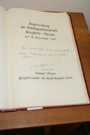 Eintrag von Bürgermeister Ünver ins Goldene Buch der Stadt Neuss