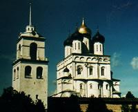 Weisse Kathedrale vor blauem Himmel